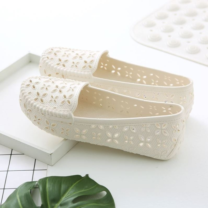 Plastic female sandals soft sole white nurse sandals flat bottomed anti slip hole shoes non slip beach shoes women dancing sandals