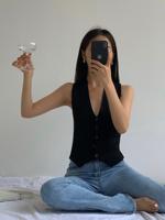 查看HUYIFAN黑色针织开衫背心马甲女2021春季新款复古叠穿无袖上衣价格