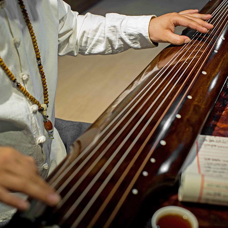 揚州伝潤の古い杉木伏羲仲尼式の七弦琴の初心者は入門を練習して手の古琴を演奏します。