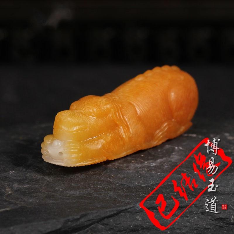 瑞和玉器已更名博易玉道  黄沁籽料挂件 旺财守业 苏工创作新品