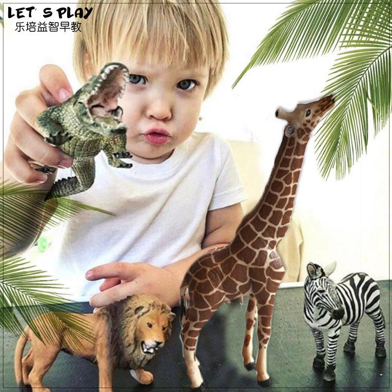 本物の子供たちは、野生動物の世界の男性と女の子の贈り物をシミュレーションします。