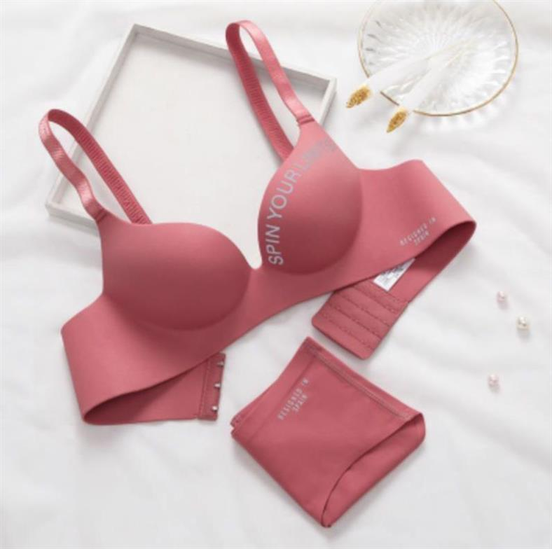 A piece of traceless and steel rimless girls gather together to show the small chest and big close the accessory breast adjustable underwear female bra set