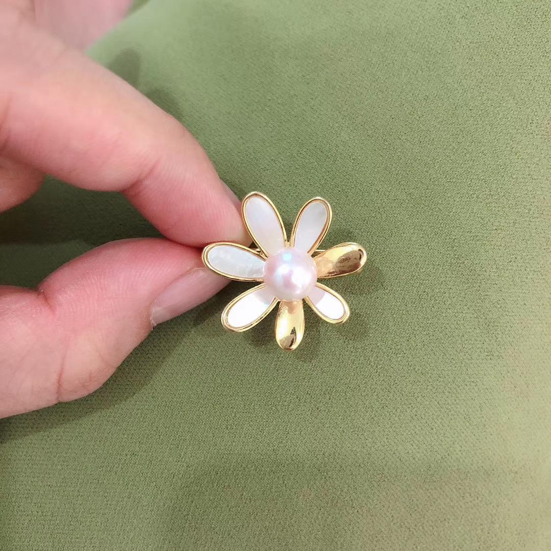 淡水の真珠のブローチの小さい雛菊のブローチのオーバーのブローチのオーバーはファッションを装飾します。