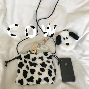 特價實拍ins毛絨軟糯小奶牛抽繩斜跨手機包