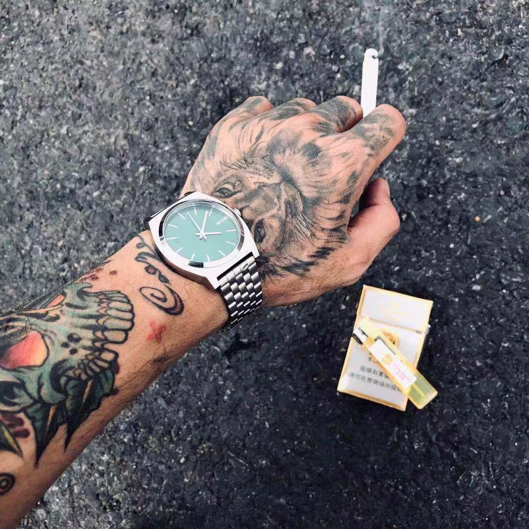 NIxonニクソンの腕時計を代理購入しました。A 045-696銀色の緑の文字盤です。新鮮で中性的な男女の腕時計です。