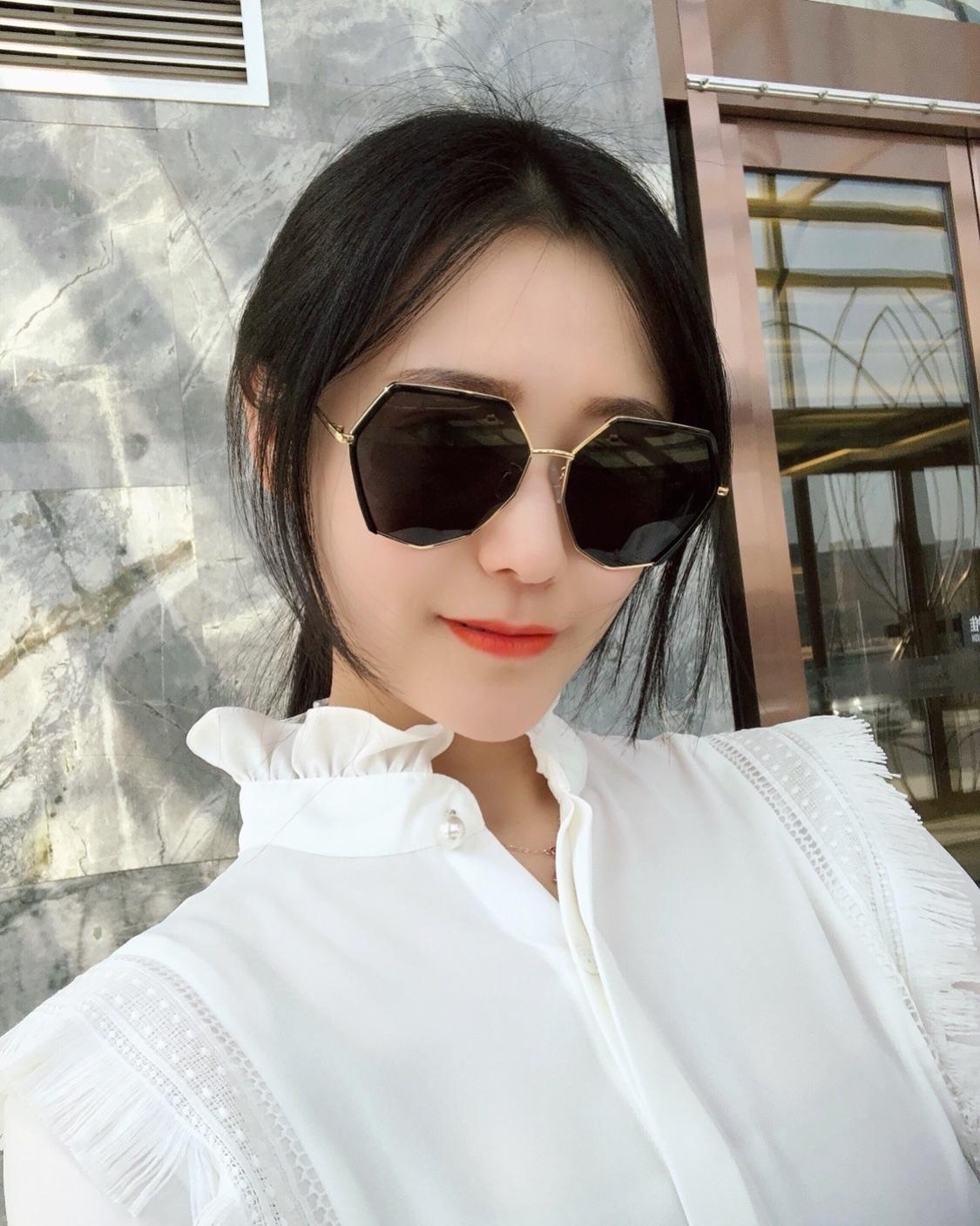 Net red tide Black Sunglasses female big frame sunglasses box drivers mirror female star same gradient color super fire