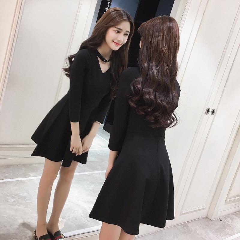 春季新款韩版性感心机挂脖连衣裙复古V领显瘦打底赫本a字小黑裙。