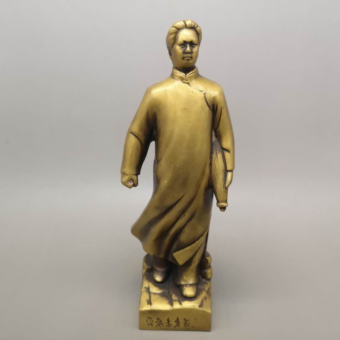 Chairman Maos bronze statue, pure copper, standing like a statue of geomantic omen in the living room, office ornaments, and town houses
