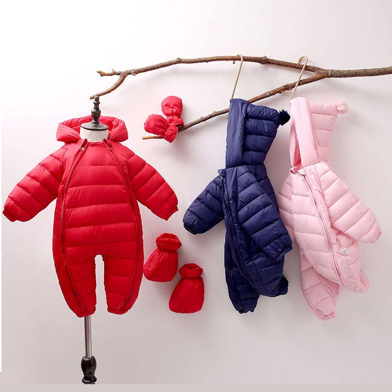 新年の赤ちゃんは秋冬に1歳の赤ちゃんの連体服を着ます。冬の外出服は新生児服のセットを抱いて着ます。