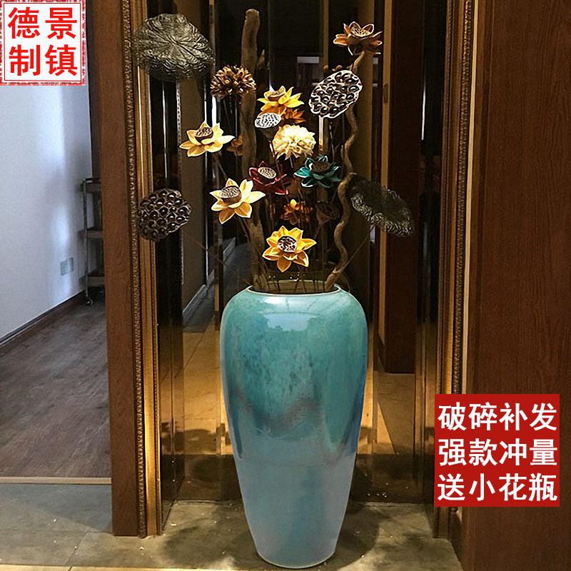 陶磁器の床に落ちた花瓶の花の色釉が高くて花瓶の現代欧風客間ホテルの別荘に大きな花瓶を飾っています。