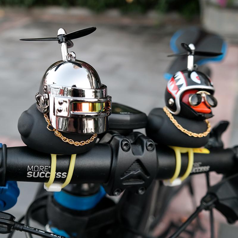タオバオ仕入れ代行-ibuy99 汽车外装饰品 抖音网红小黄鸭电动车装饰品黑鸭自行车汽车内外摆件带头盔竹蜻蜓