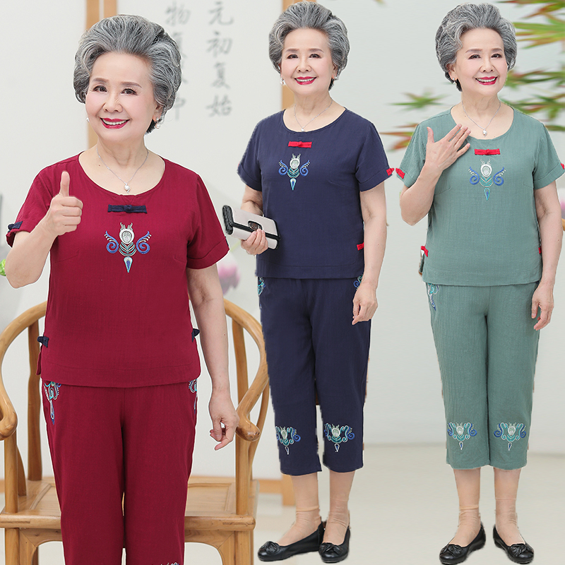 On Mothers day, NV bought short sleeve clothes and pants fashion suits for 60 middle-aged and elderly women who are over 50 years old