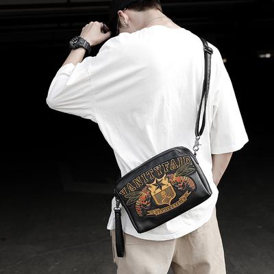 刺绣图案男包单肩斜背包韩版男士休闲斜挎包横款潮牌时尚运动包包