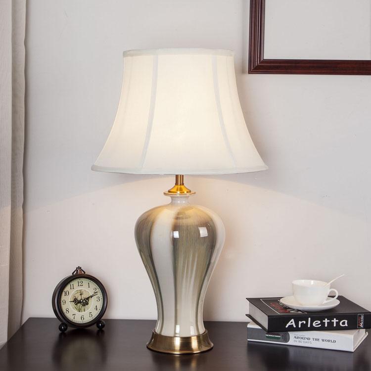 新中国式の全銅景徳鎮の陶磁器スタンドのソファーの辺のいくつかの電気スタンドの暖かい寝室の枕元の明かりは明かりを飾ります。