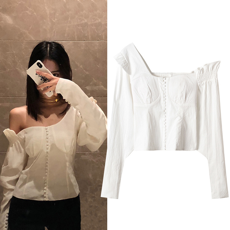 Spot spring 2018 new French court style white off shoulder top retro pearl button slim shirt