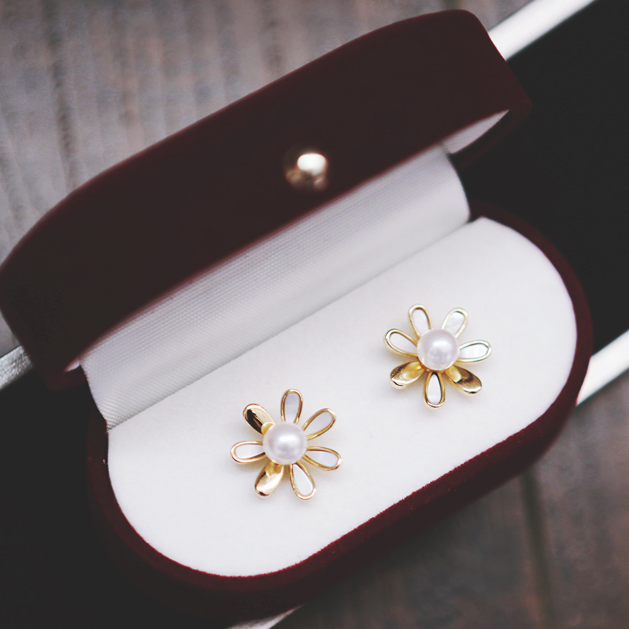 New design of Versailles Palace small daisy Natural Pearl Earrings 925 pure silver gilded Earrings small fresh