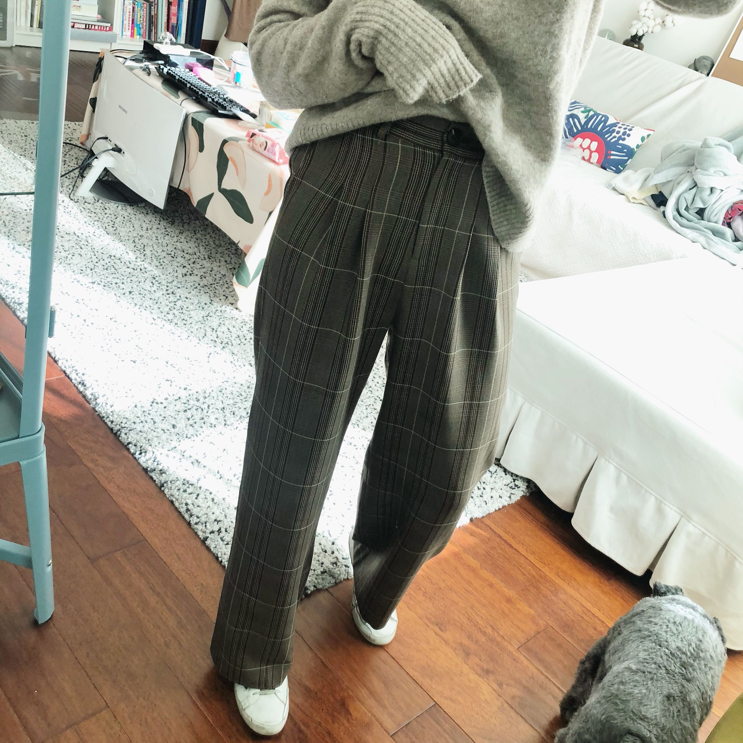 South Korea this years fashionable Plaid trousers are straight, loose and thin, and womens push