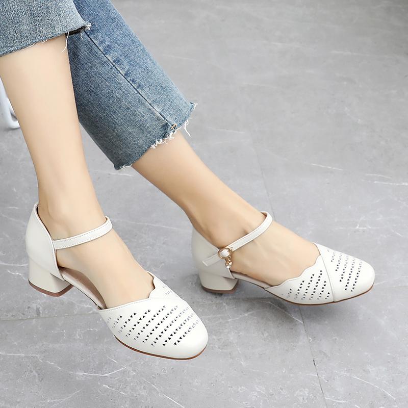 凉鞋女夏季2021新款粗跟时尚扣带包头中空鞋真皮镂空百搭中跟女鞋
