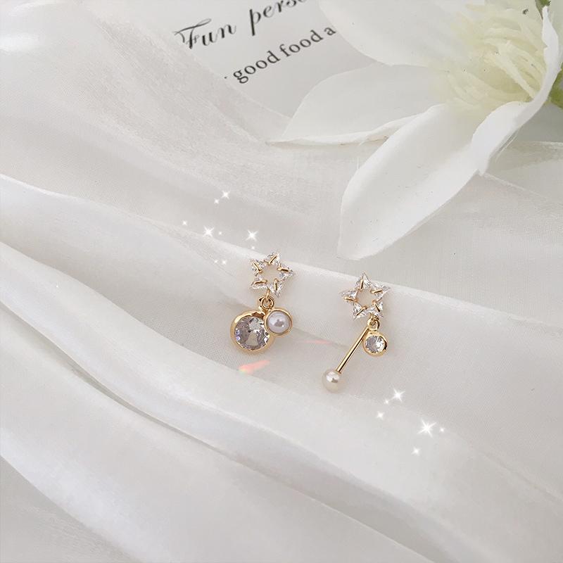 有星星的夜晚溫柔珍珠感吊墜不對稱耳環女韓國精致款鋯石耳釘E981