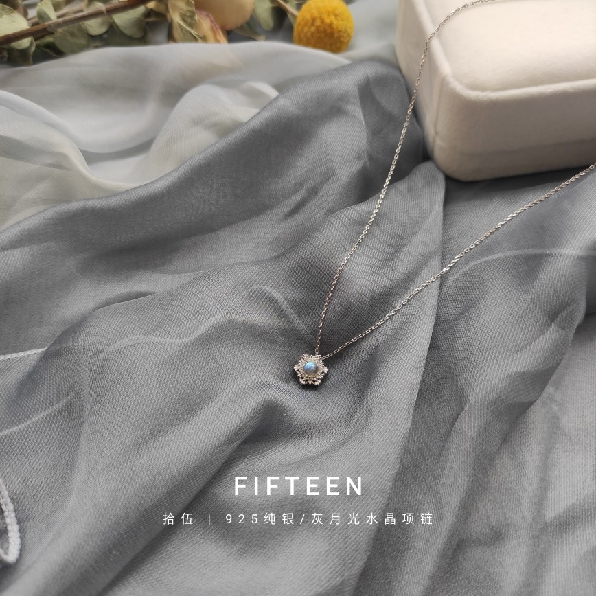 Zhuyan new spot natural crystal necklace S925 silver grey moonlight elongated stone snowflake blue light clavicle chain