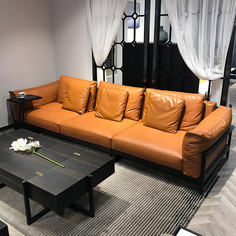 ソファーはシンプルなリビングルームの家具です。本革のソファーのナパ皮の4人の席は鉄骨構造の別荘を組み合わせています。