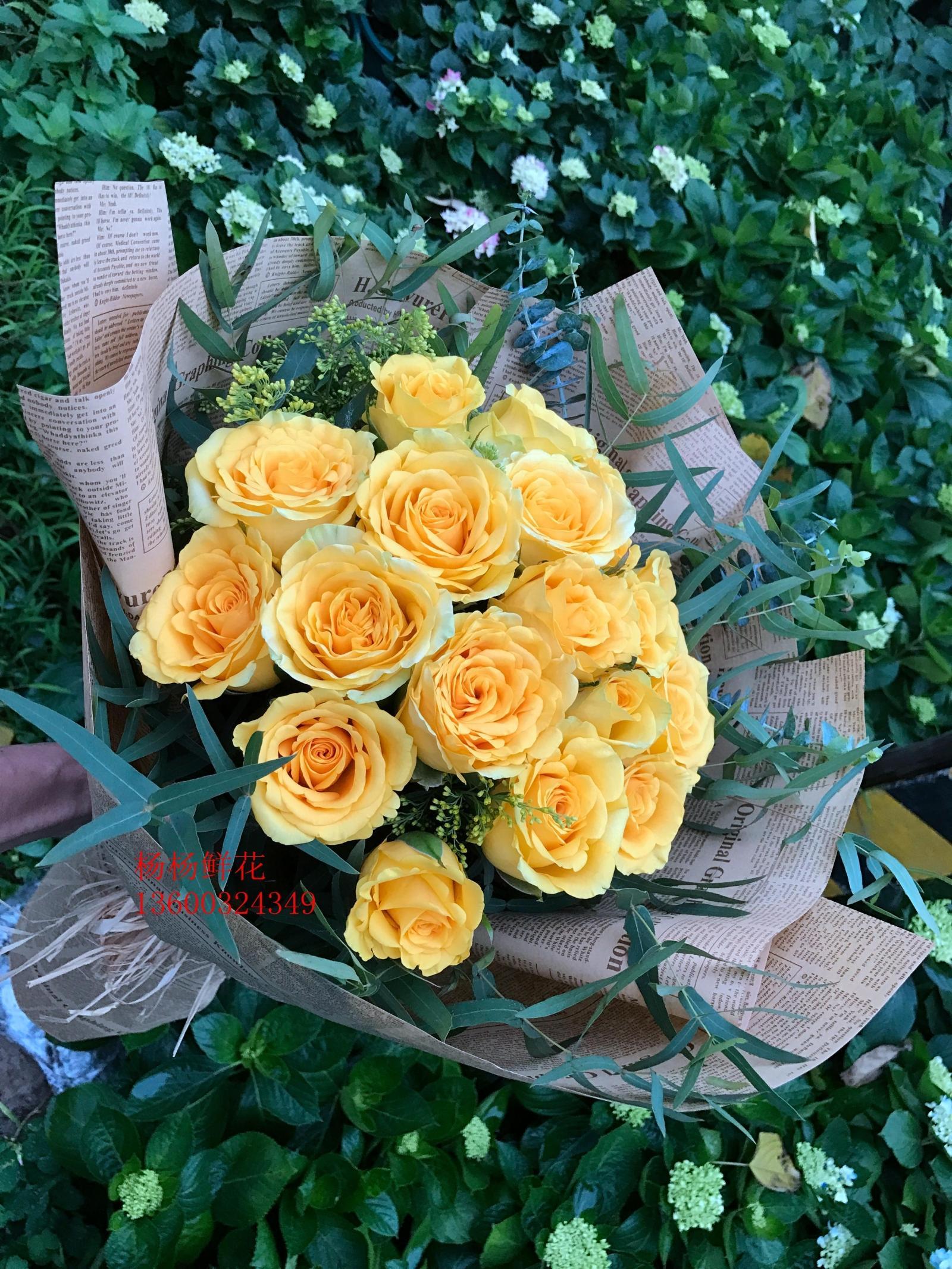 33本の金で玉の黄色のバラを飾って、精巧で美しい包装の広州の実体の生花の店は花と町の人工配送を送ります。