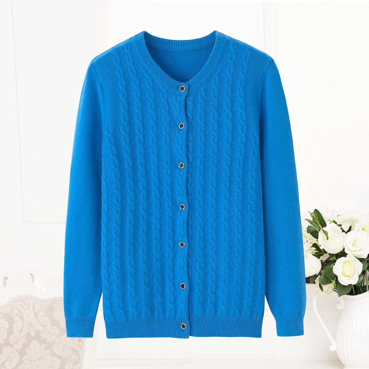 中高年の母はカシミヤのカーディガンを着ています。女性は厚めで純色がシンプルで、ゆったりとしたサイズのセーターの上着の新商品です。