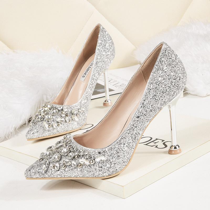 84.00元包邮白色婚纱配的婚鞋女2018新款秋冬季水晶高跟细跟芥末新娘伴娘鞋子