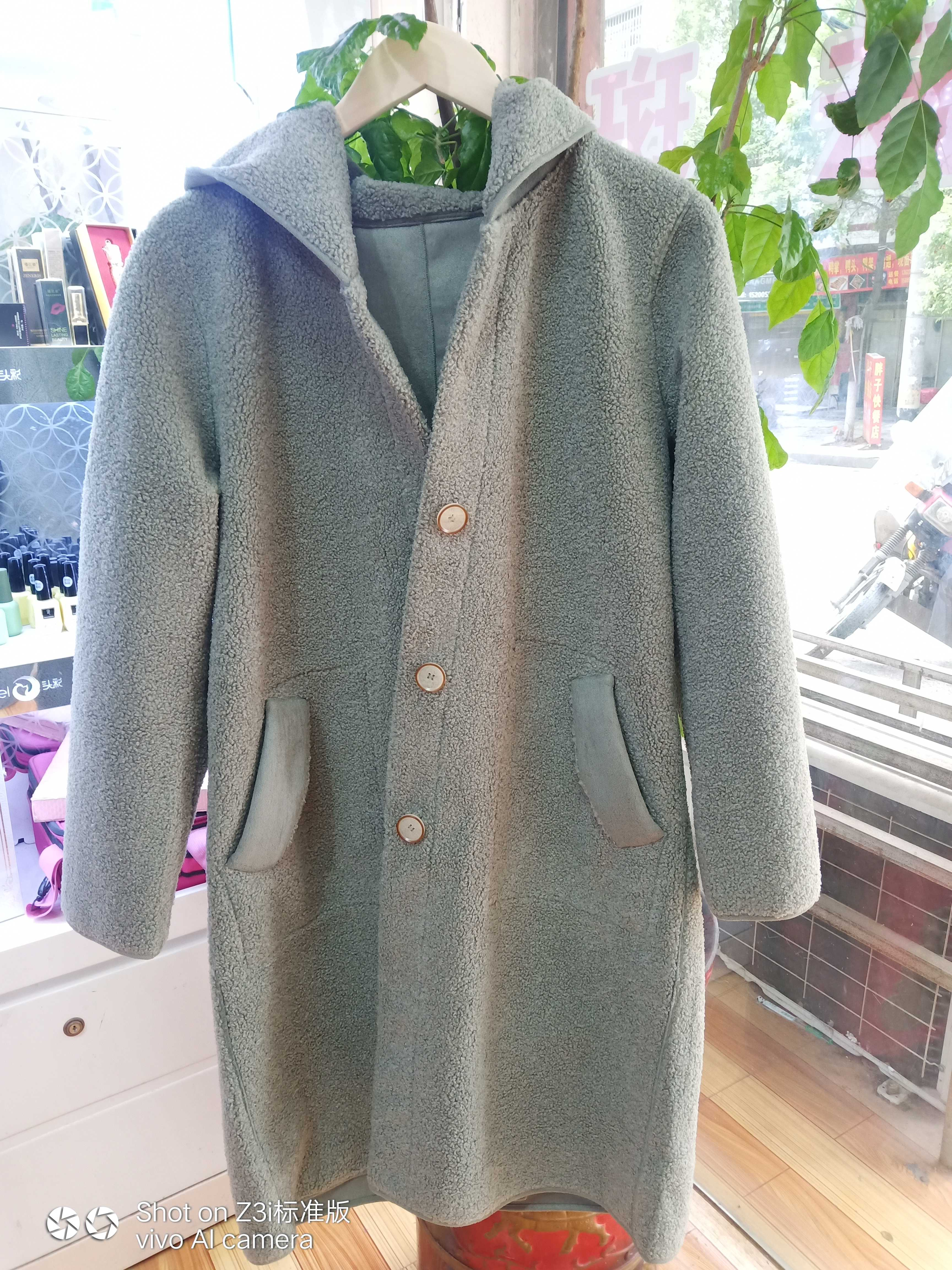 Genuine medium long coat on cloud sketching counter can be worn on two sides, lamb fur coat in one, turquoise green