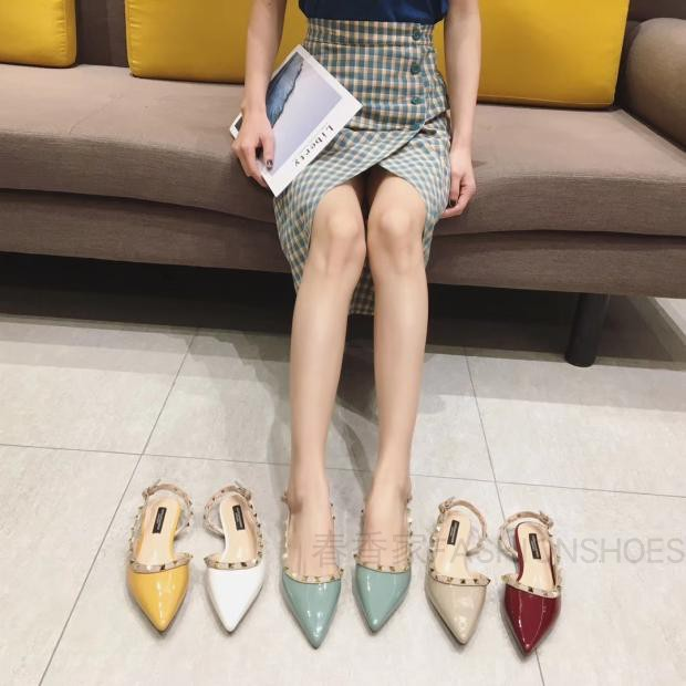New summer 2020 Baotou sandals with pointed rivets Liuding flat bottom patent candy with one button on the side