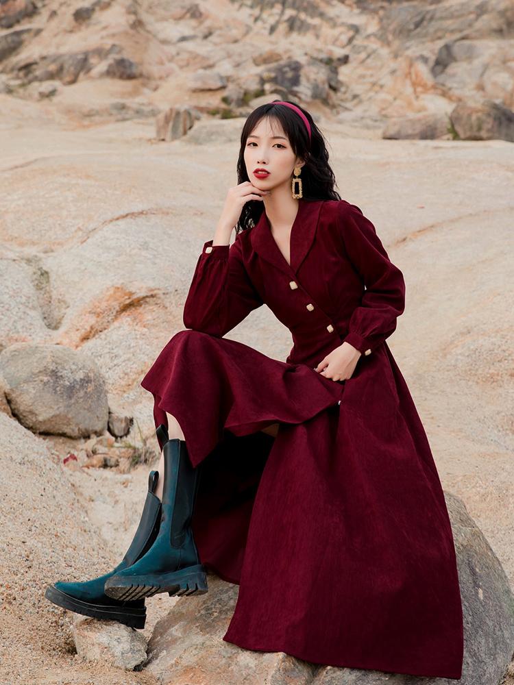 新款法式复古设计感不规则小个子红裙秋冬灯芯绒长袖娃娃领连衣裙