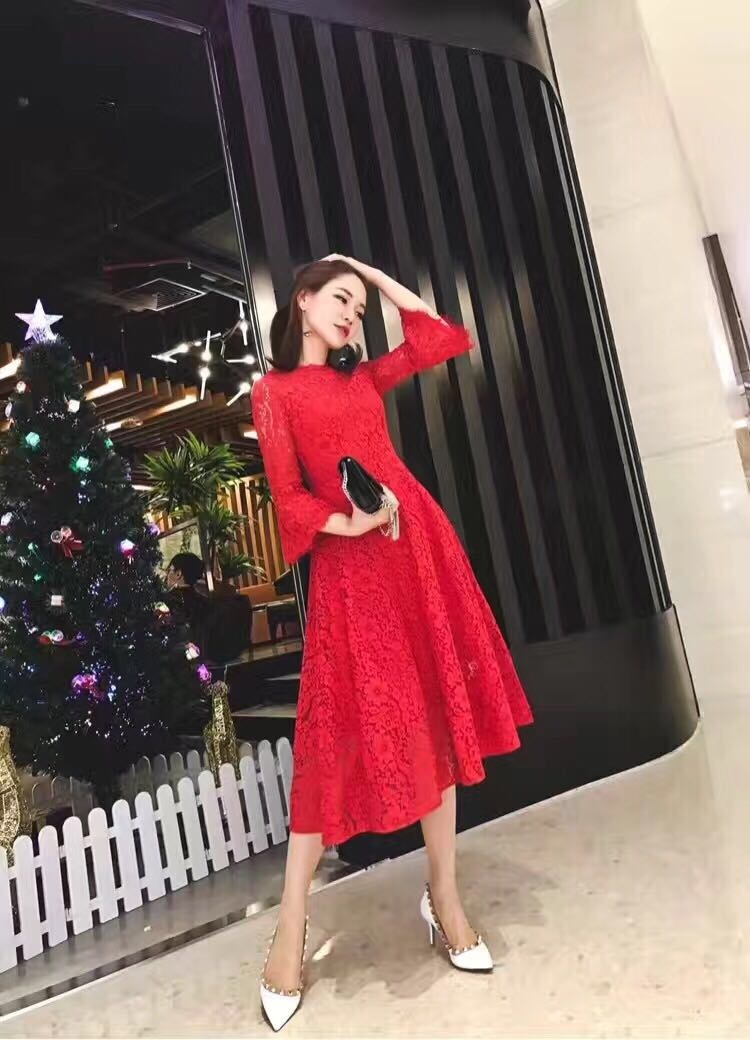 Valentinos fall 2018 European and American high end lace flared sleeve dress bridesmaids toast
