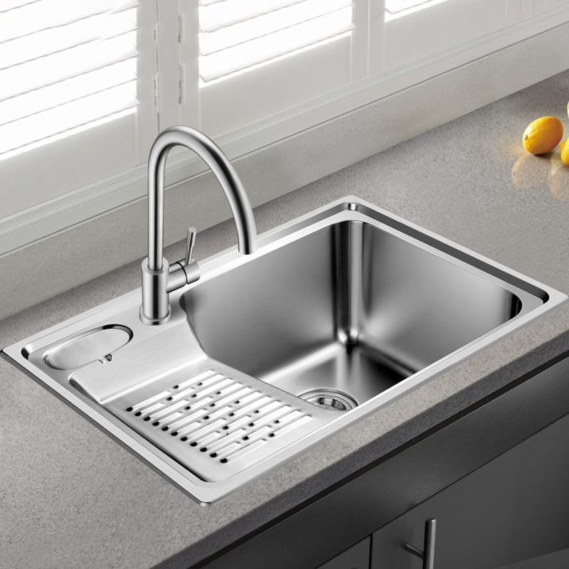 台所の水槽の洗濯器の中には洗濯板があります。