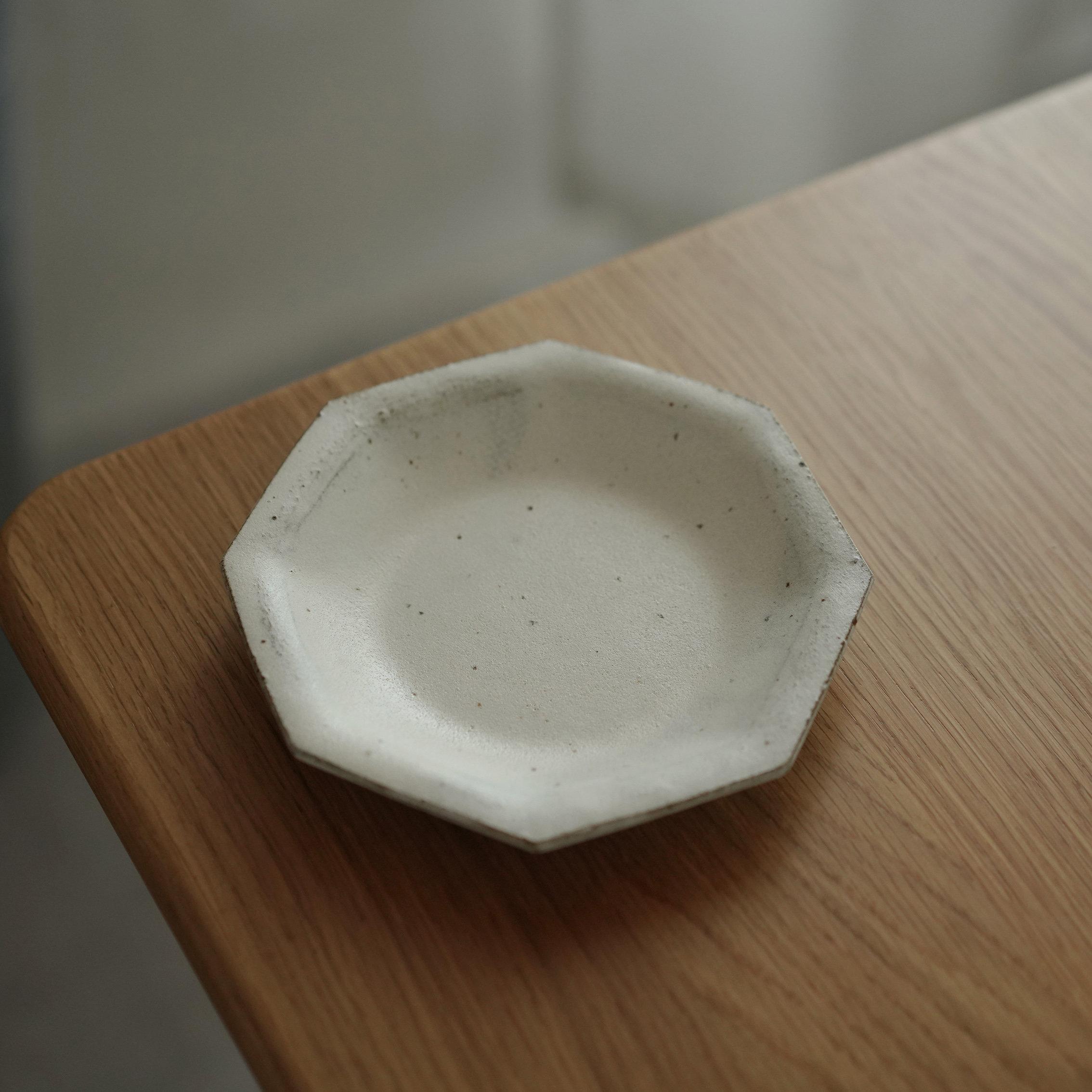 八角の新型の皿の日本の粉はあっさりしていて、清新で、粗陶の器の青塵と夢の手を引いて陶芸の皿の野菜皿を作ります。