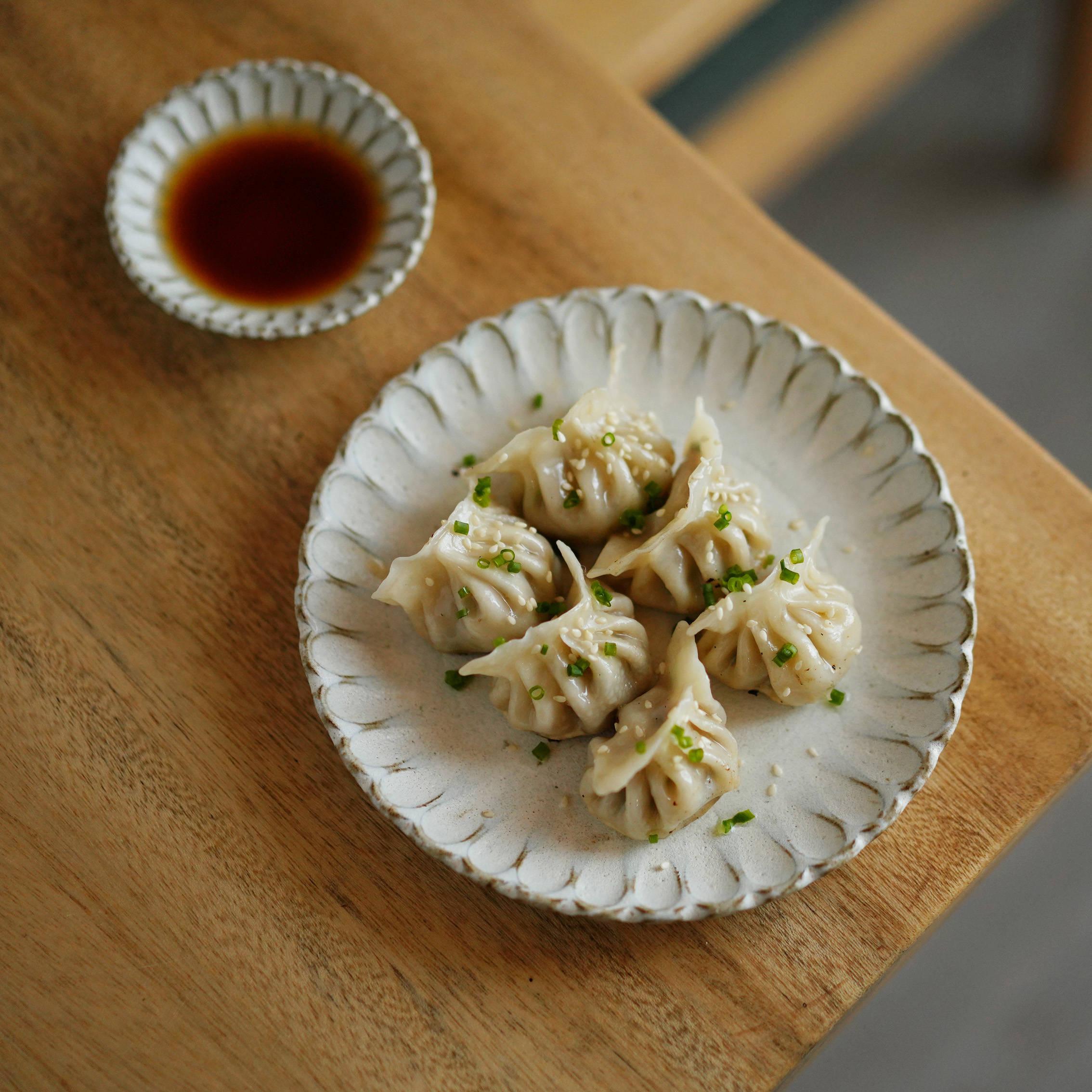純粋な手作りの新型の純色の中国式の粗い陶菊の花弁の造型の器につけて材料の小皿のお菓子の皿の青い塵と夢をつけます。
