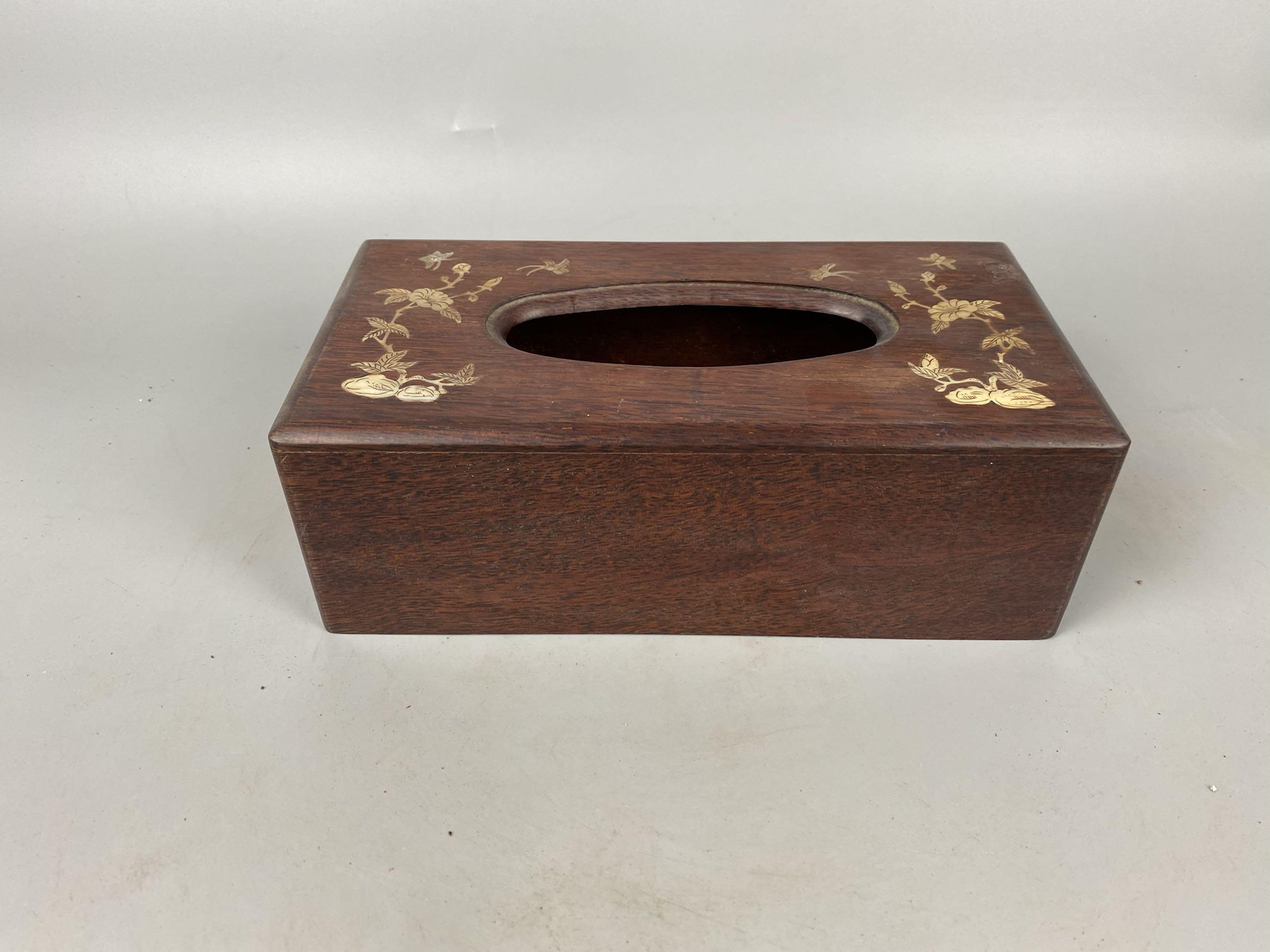 外貨受取の時期には、貝殻をちりばめたティッシュボックスを置いて、会所茶屋を飾っています。
