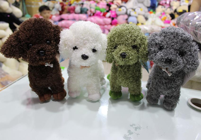 子犬のぬいぐるみのシミュレーションテディの犬のぬいぐるみのぬいぐるみの可愛い人形は子供と女の子に日のプレゼントをあげます。