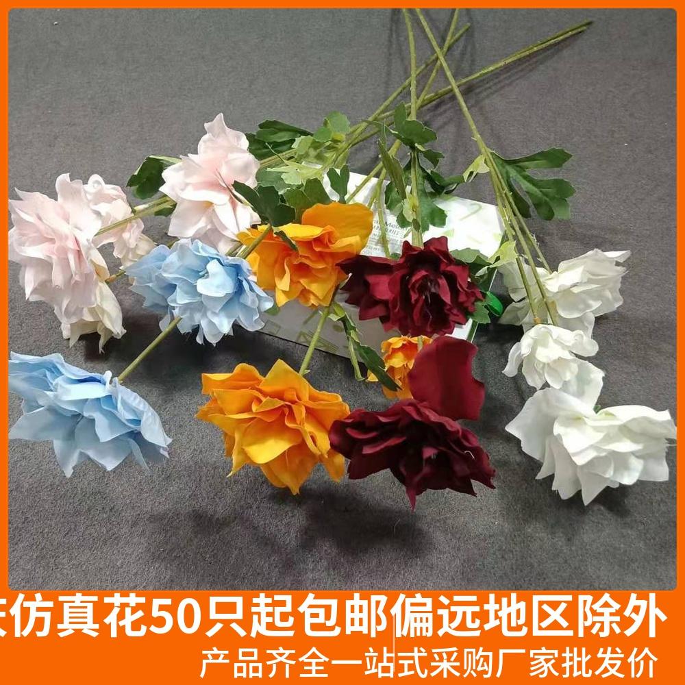 水仙の3頭の毛織の結婚式堂の写真をまねて生け花を飾って鉄線の蓮糸の結婚式のシミュレーションを行います。
