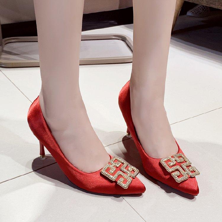 シルクのサテンヒールの女性7センチグリーンのウェディング靴の雰囲気の仕事の靴の細いのは学生の女神の赤いです。