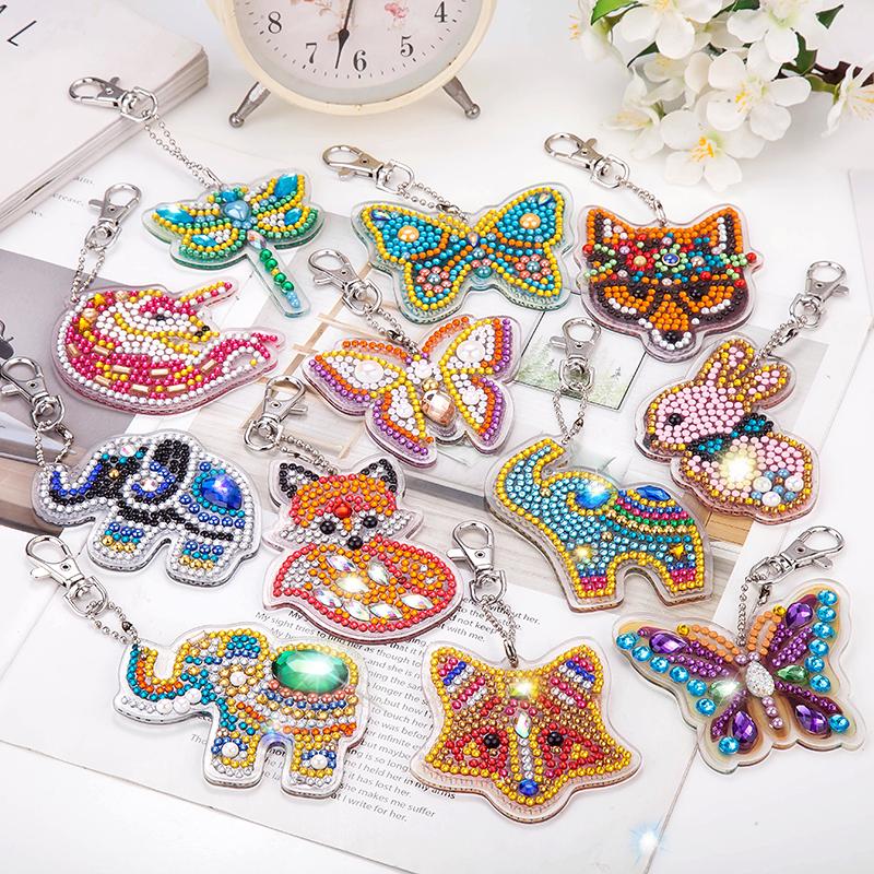 新しいデザインのDIY手作り子供のおもちゃの漫画はダイヤモンドの刺繍の装飾の小さいペンダントを掛けます。