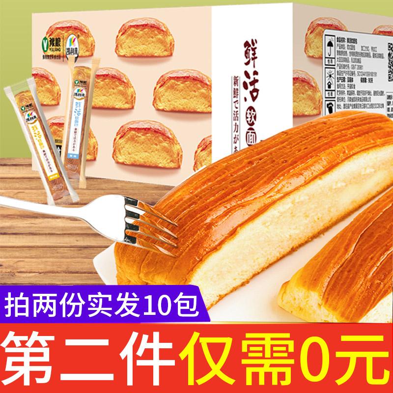 キャリーさんは生き生きとした柔らかい手でパンを引き裂きます。