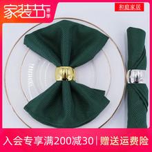 北欧の高級ホテルの口の布は、首と西洋料理のレストランカップの花の布ナプキンに折り畳まれたマットレス、濃い緑色のスカーフの周りに布を拭く