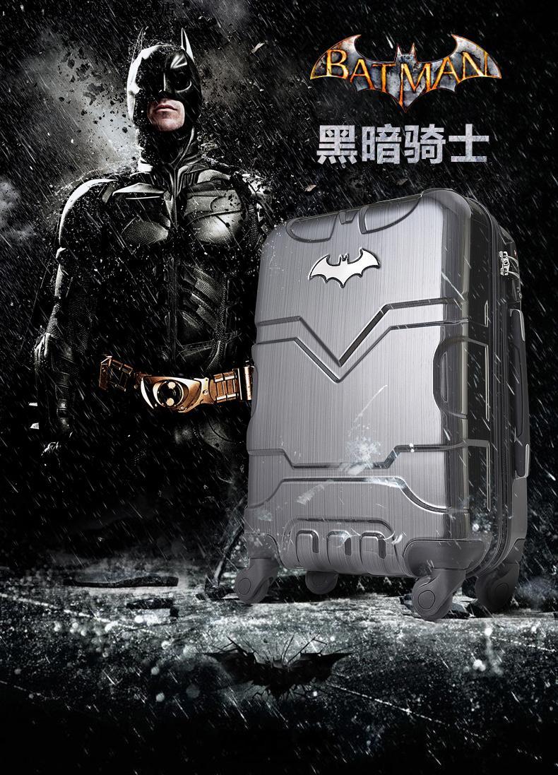 店長はバットマンのスーツケースと男女のスーツケースの李行箱を推薦して箱に登ります。