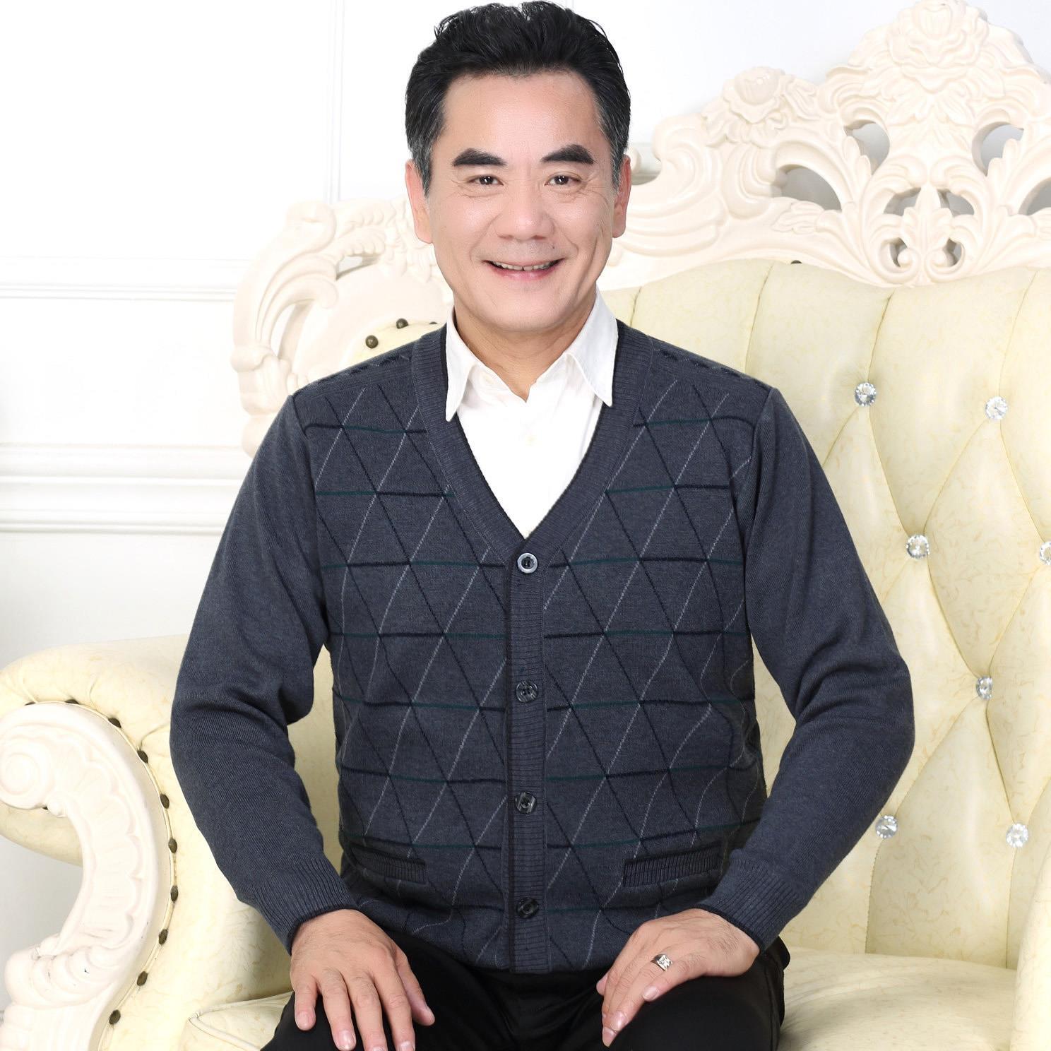 老人の男性の新型のカーディガンはカーディガンに対して厚くて、肥えたおじいさんはセーターを詰めます。