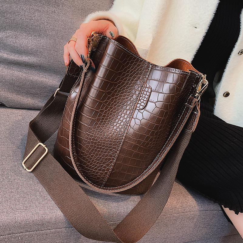Fashionable big bag women 2020 four seasons new crocodile single shoulder crossbar wide shoulder strap large capacity versatile Bucket Bag