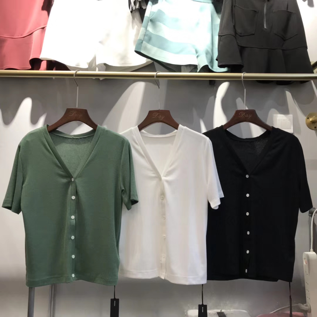 韩国DAY女装夏季新品2028小白扣透气弹力不起球不变形V领针织T恤