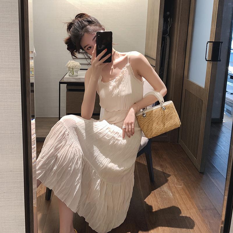 早秋2019款很仙的白色百褶吊带连衣裙仙女高腰荷叶边过膝中长裙子