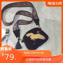  2020新款韩版复古民族刺绣仙鹤流苏金丝绒单肩斜挎小包女包包。
