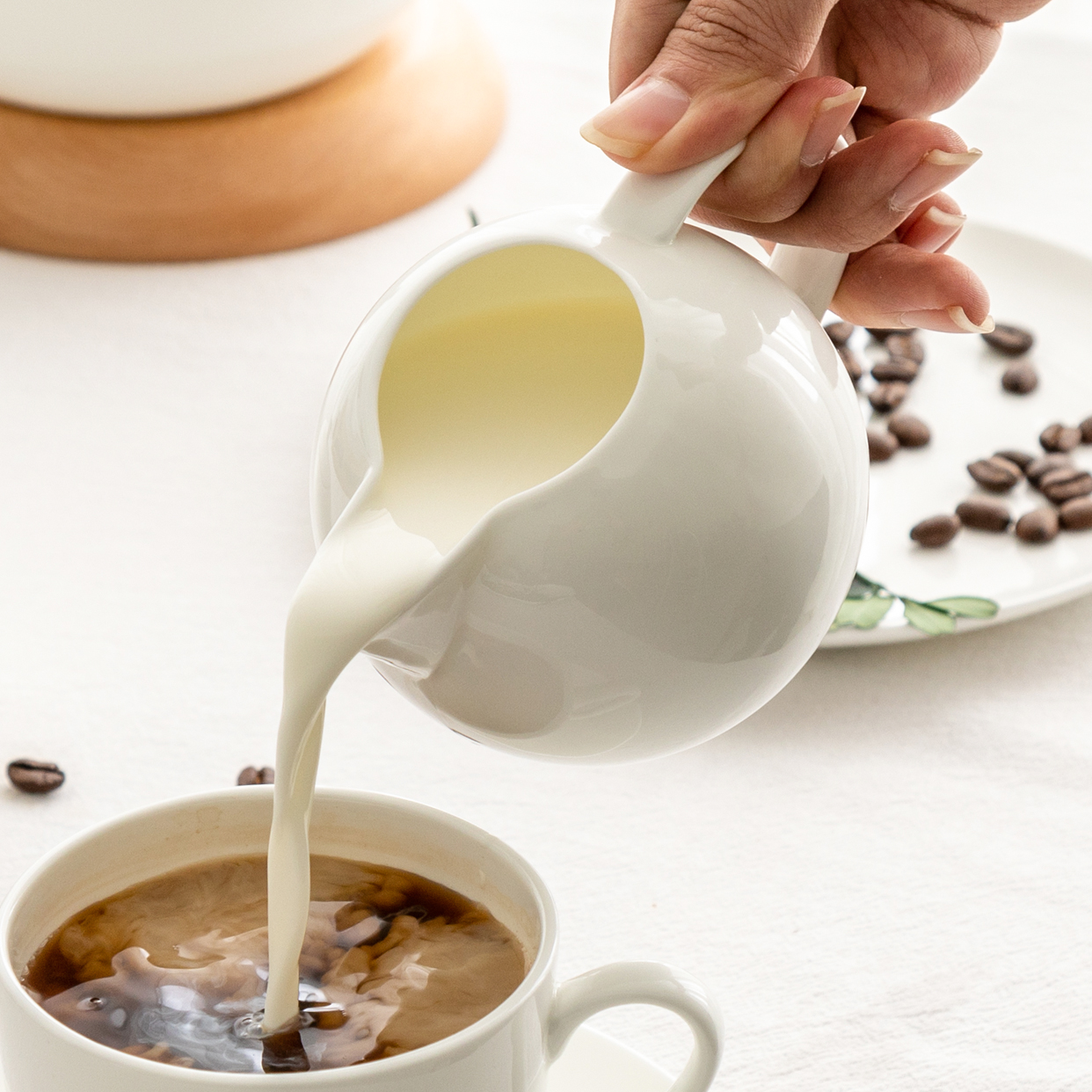 骨瓷英式奶罐陶瓷奶缸咖啡加奶杯迷你奶盅家用西式蜜蜂杯配套器具