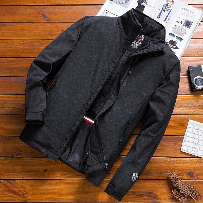 冬の綿の服の男性の外套の大きいサイズはゆったりしています。青年の外で更に厚いのは帽子の男装と綿のジャケットです。